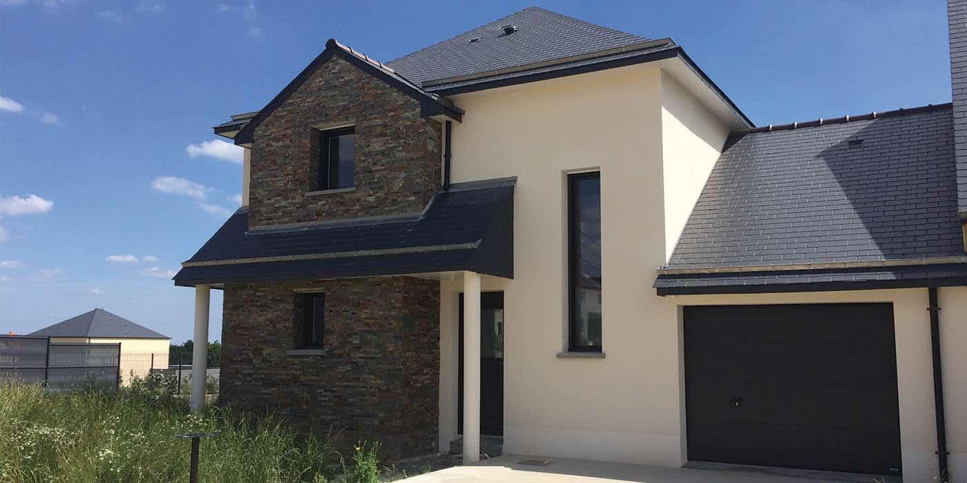 Maison construite à Aubigné (35) par Maisons Elian, avec parement en pierre