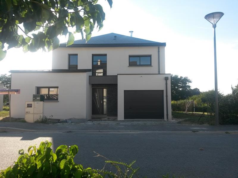 Construction d'une maison moderne quatre pans à Châteaubourg